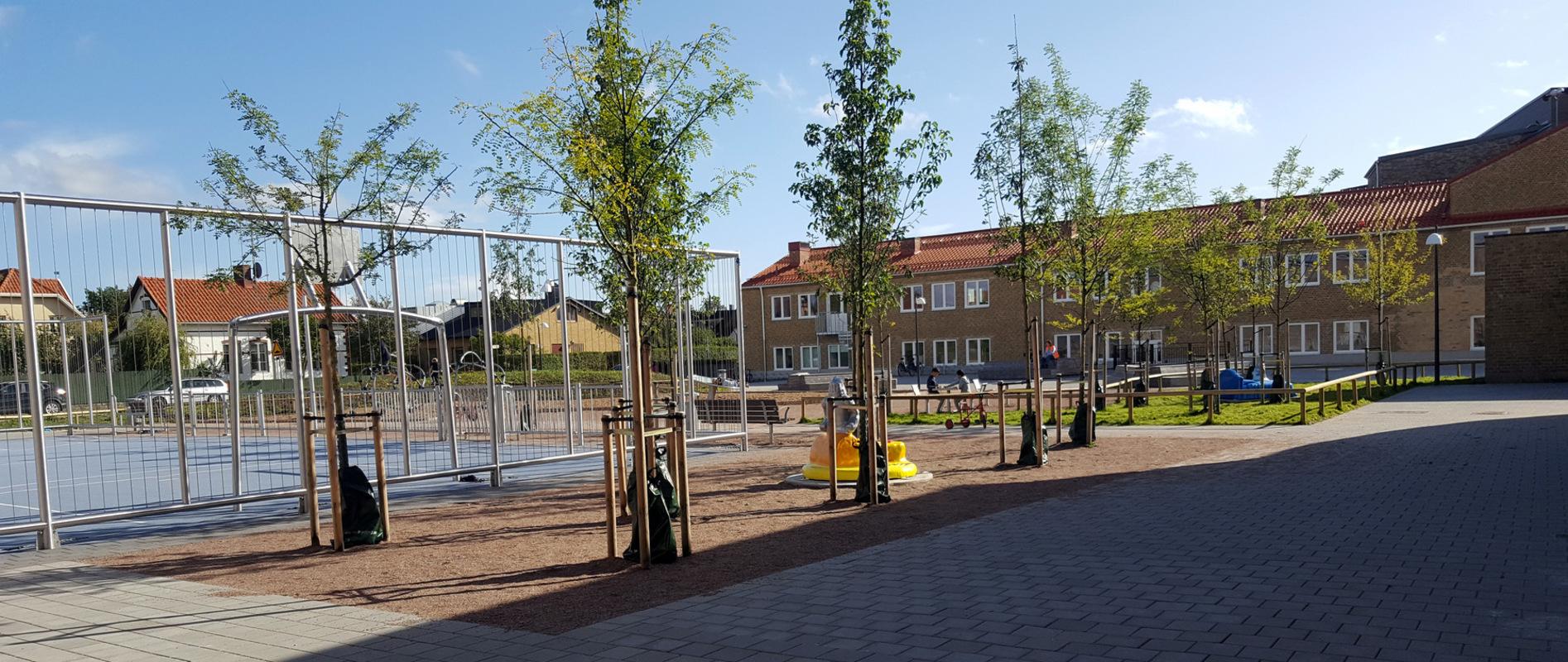 www.lenaflodman.com - Riddaren and Isbjörnen, fibreglass + aluminum One of five sculptures in Kotten & Co for Geijerskolan Limhamn, Malmö. Inaugurated 22 Sept 2017.
