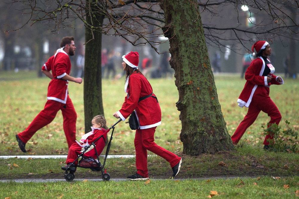 Victoria Jones Press Association Photographer - December 2017  People dressed as Santa Claus during the Santa Dash at Clapham Common, south west London,to raise money for Great Ormond Street Hospital.