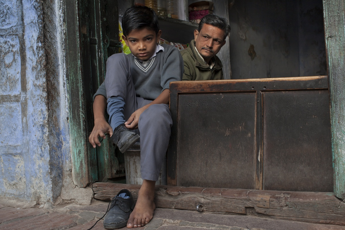 linda cartridge photographer and artist - India,Jodphur schoolchild with his father
