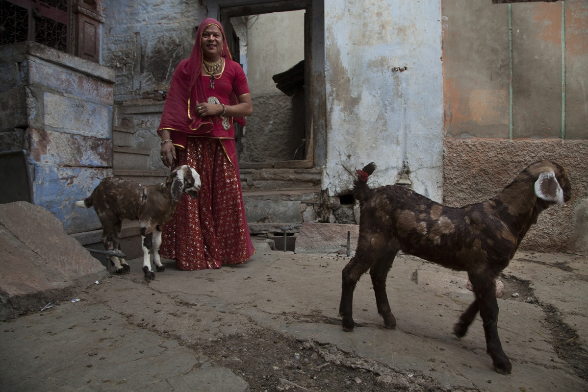 linda cartridge photographer - India, Rajasthan, Eunuch outside his home