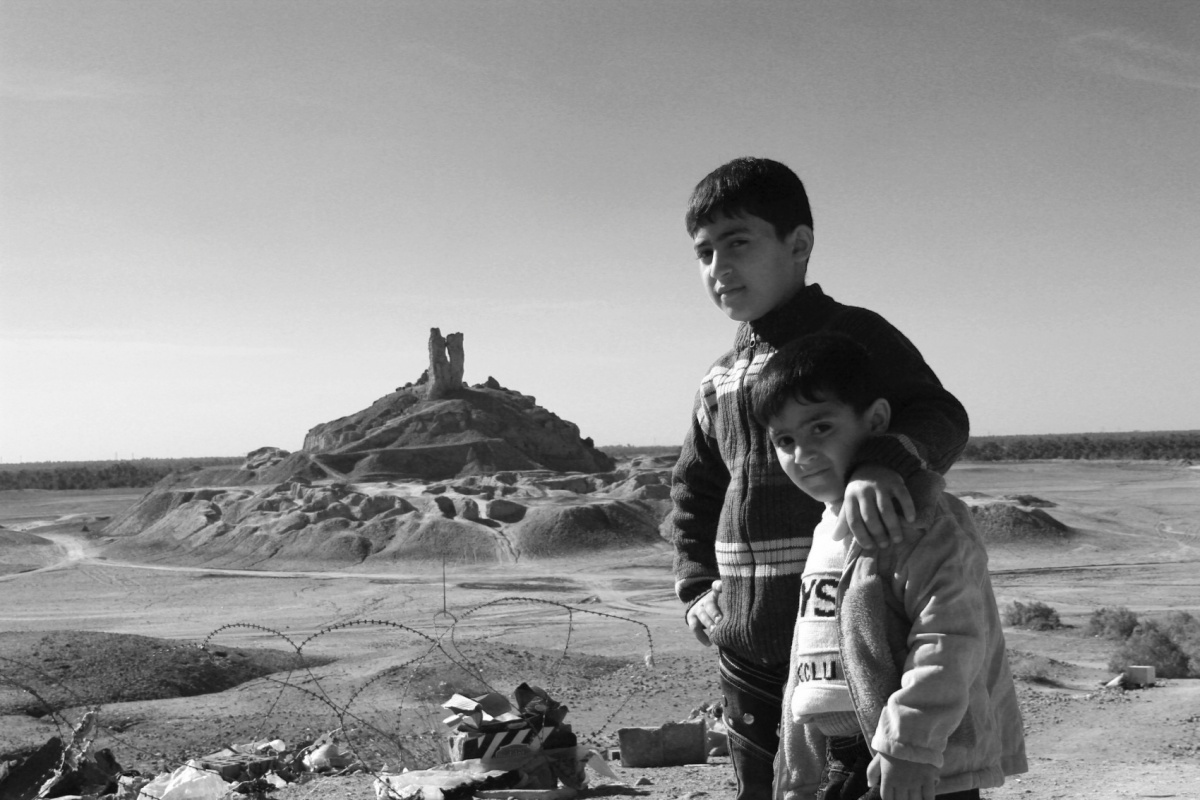 Tariq AlHadad - Two kids - Nimrods Tower of Babylon in background