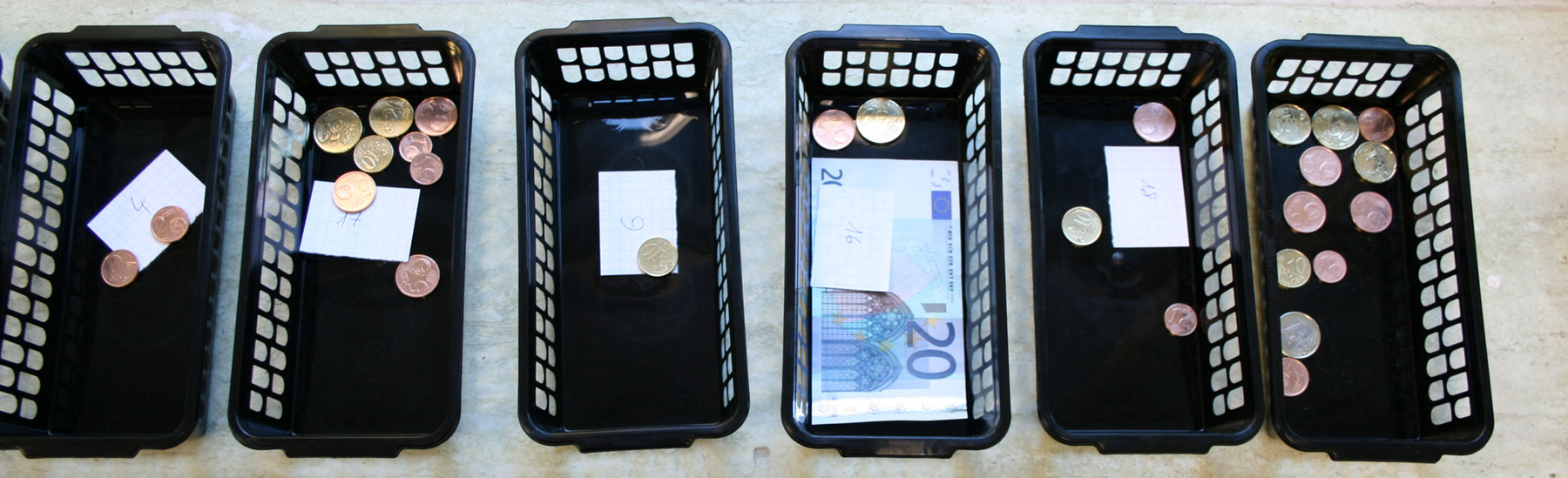 Philipp Valenta - Körbe mit zur Abholung bereitstehendem Geld