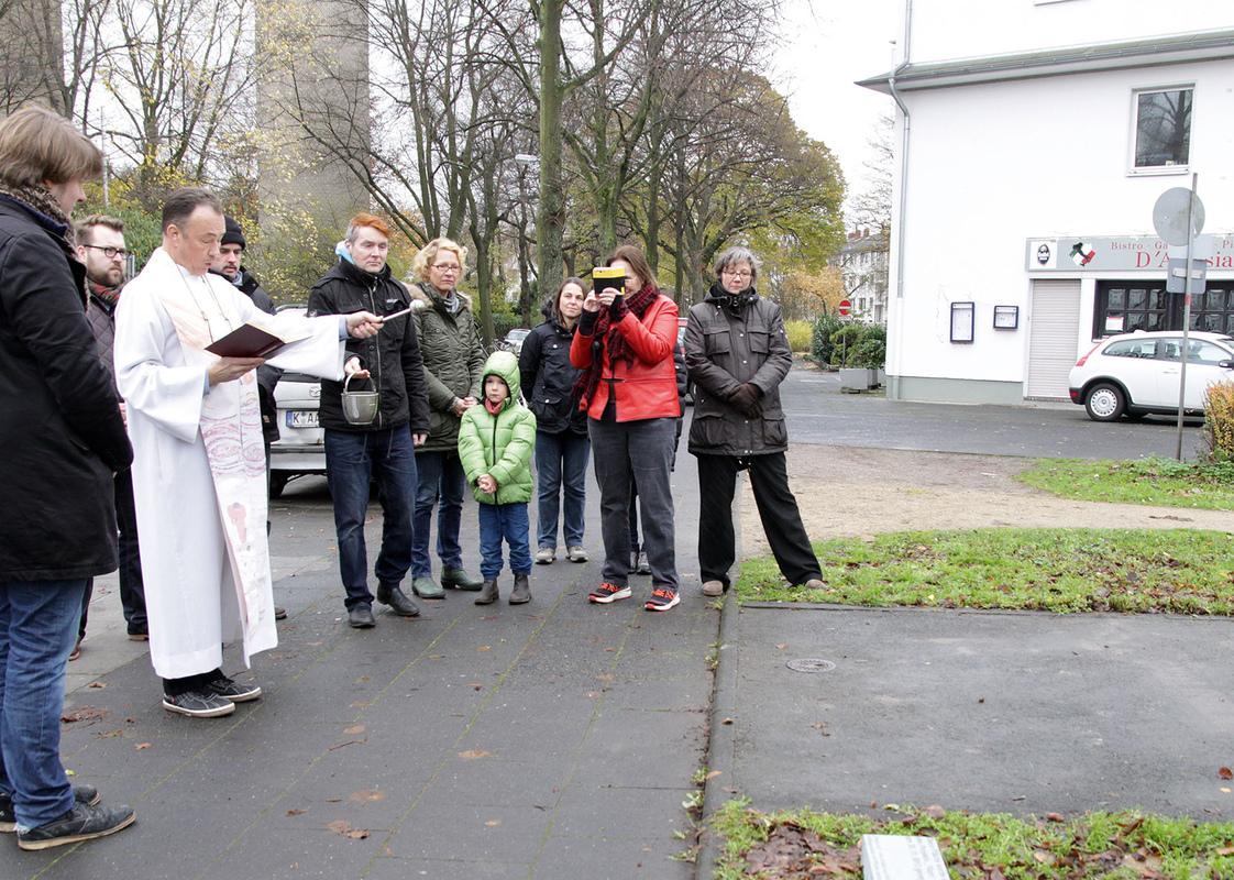 Philipp Valenta - Segnung der Fläche mit Weihwasser durch Pfarrer Stefan Klinkenberg (Foto Stefanie Klingemann)