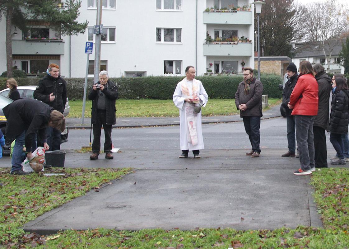 Philipp Valenta - Die Fläche vor der Segnung mit Besuchern(Foto Stefanie Klingemann)