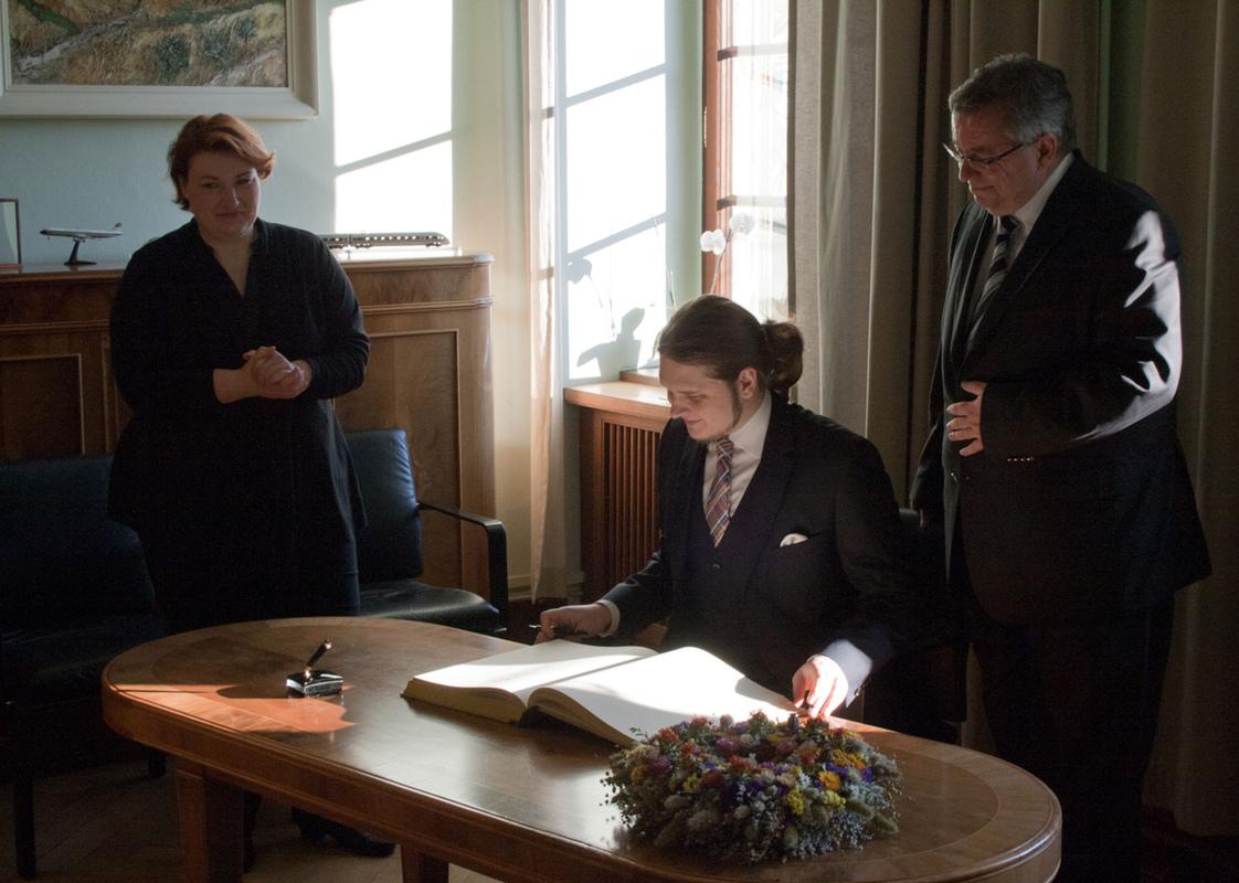 Philipp Valenta - Eintrag ins Gästebuch der Stadt Weimar im Beisein von Oberbürgermeister Stefan Wolf und der Protokollchefin Tina Schiefelbein, 2012