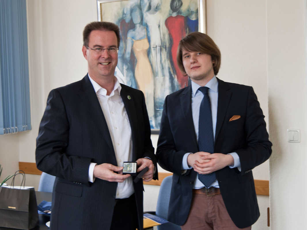Philipp Valenta - Übergabe des Gastgeschenks in Petershagen an Bürgermeister Dieter Blume, 2014