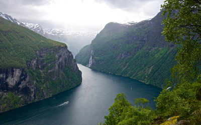 EPIC FJORDS - The Geirangerfjord seen from the Eagle Road