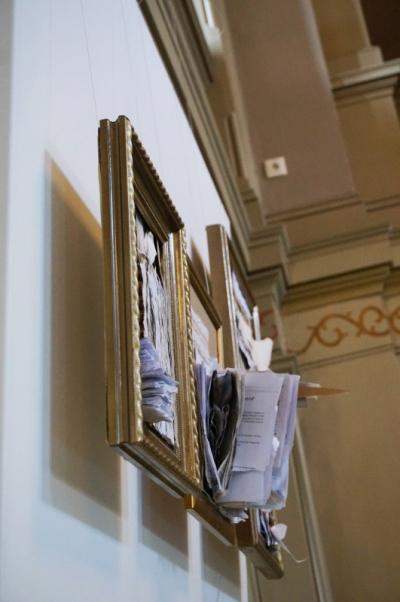 Alicja Jeziorecka - Przestrzenny rysunek papierem+ złote ramy o różnym formacie