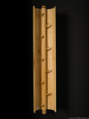 AL - Nyckelskåp i al med svart ris i epoxy. Längd 45 cm bredd 9 cm Pris 1600 kr
