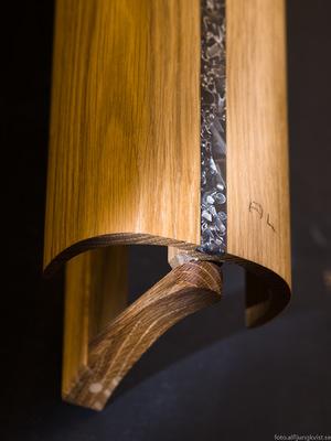 AL - Nyckelskåp i ek med infälld epoxy och aluminium. längd 45 cm 8 krokar pris 1800 kr