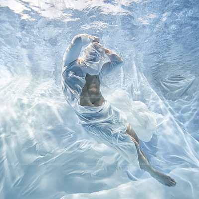Dubai Photographer underwater, fashion, commercial, corporate, wedding - Underwater shoot for designer model Goody