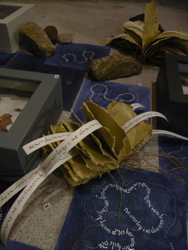 Firingan Kalligrafi - Frå utstillinga LANGS Å, tekstar av Stein Versto utforma av Else Ljungstrøm og Borghild Telnes