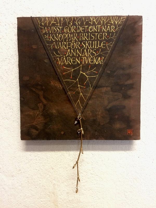 Firingan Kalligrafi - Kvistsmykke med tekst 2, samarbeid med filigranssylvsmed Gry Marie Grindbakken