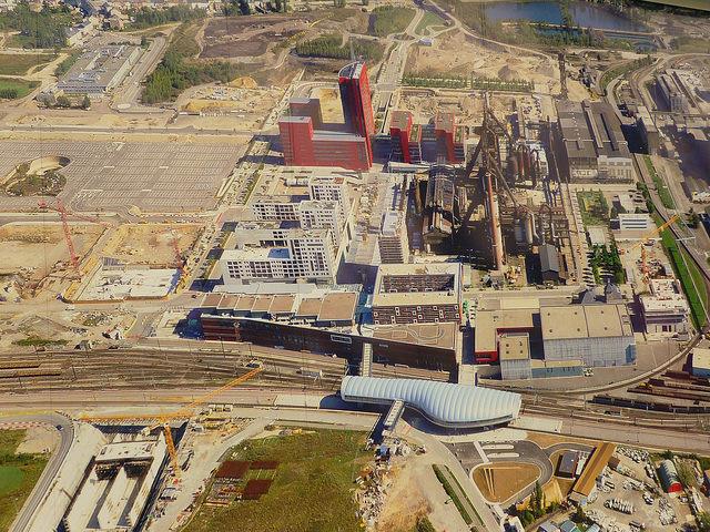 Jörg Kaspari - Landschaftsarchitekt - Im Herbst 2000 gründen der Luxemburger Staat und ArcelorMittal (vormals Arbed) die Entwicklungsgesellschaft AGORA. Hier ein Blick auf das Areal Hochofenterrasse mit Bahnhof, Rockhal und Hochöfen.