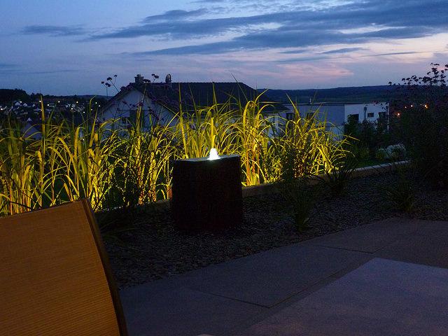 Jörg Kaspari - Landschaftsarchitekt - Abendliche Illumination von Quellstein und Gräserband