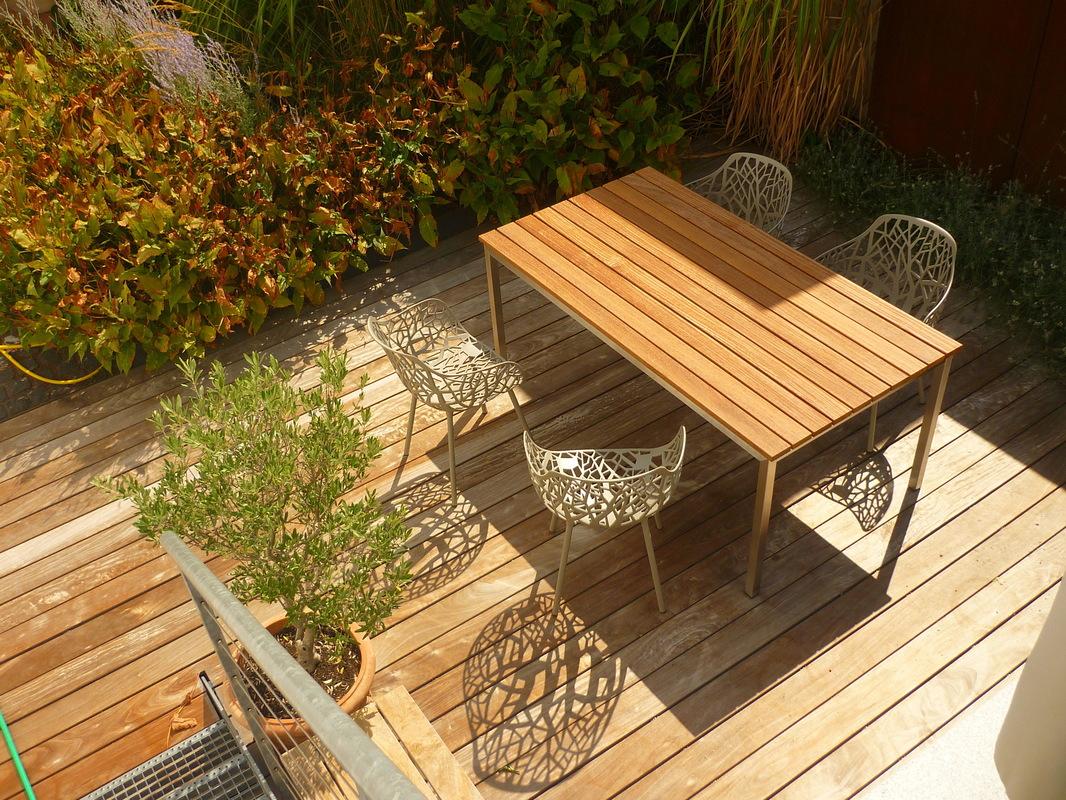 Jörg Kaspari - Landschaftsarchitekt - Gartenstühle mit Schatteneffekt und Holztisch